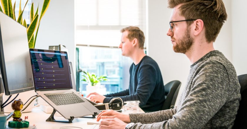 Wybór odpowiedniego laptopa do biura