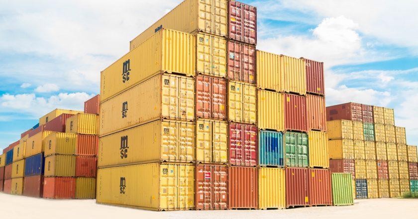 Przewożenie towarów kontenerami morskimi transportowymi – spedycja
